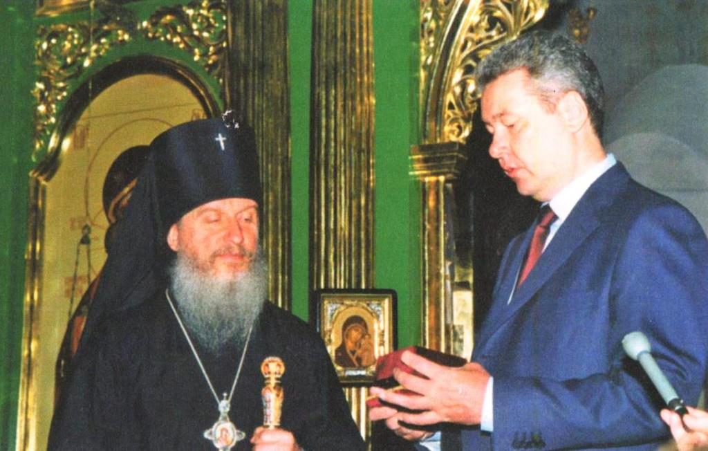 Губернатор Тюменской области С.С. Собянин передает ключи от Петропавловского храма Архиепископу Тобольскому и Тюменскому Димитрию